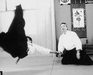 O'Senseï Morihei Ueshiba pratiquant l'aïkido
