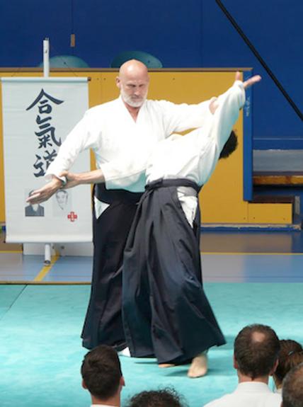 Deux hommes pratiquant l'aïkido