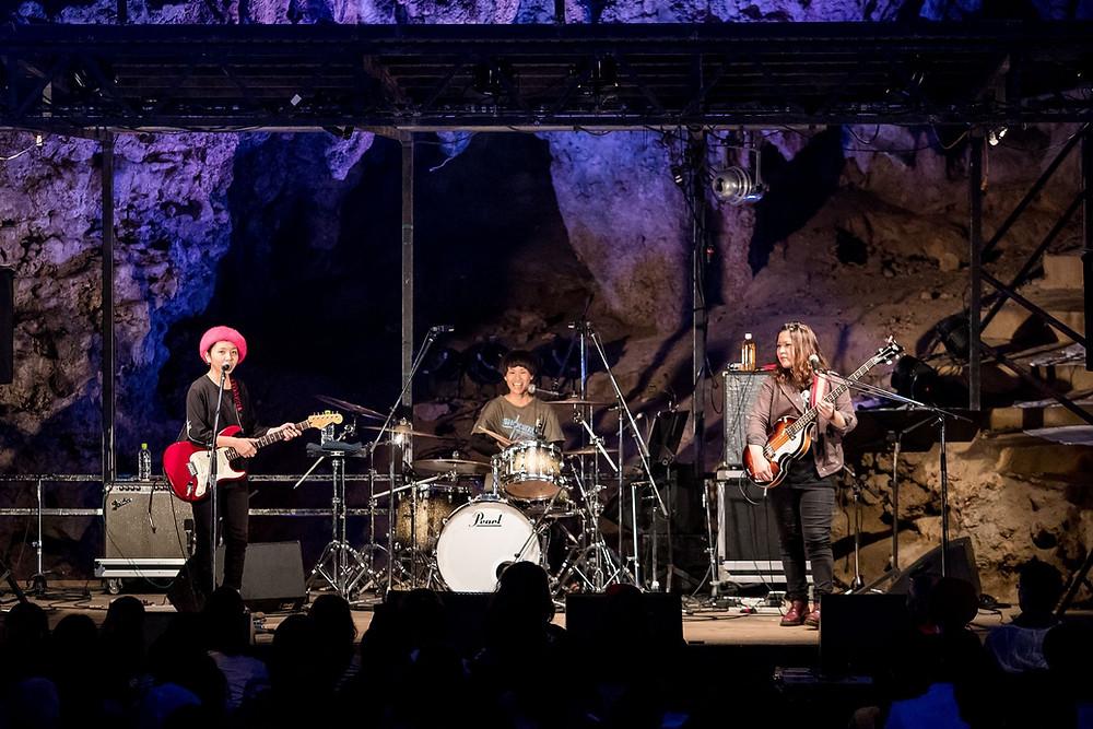 今年は地元沖縄の若手バンドがオープニングアクトとして参戦! 女性スリーピースバンド SHOCKING桃色