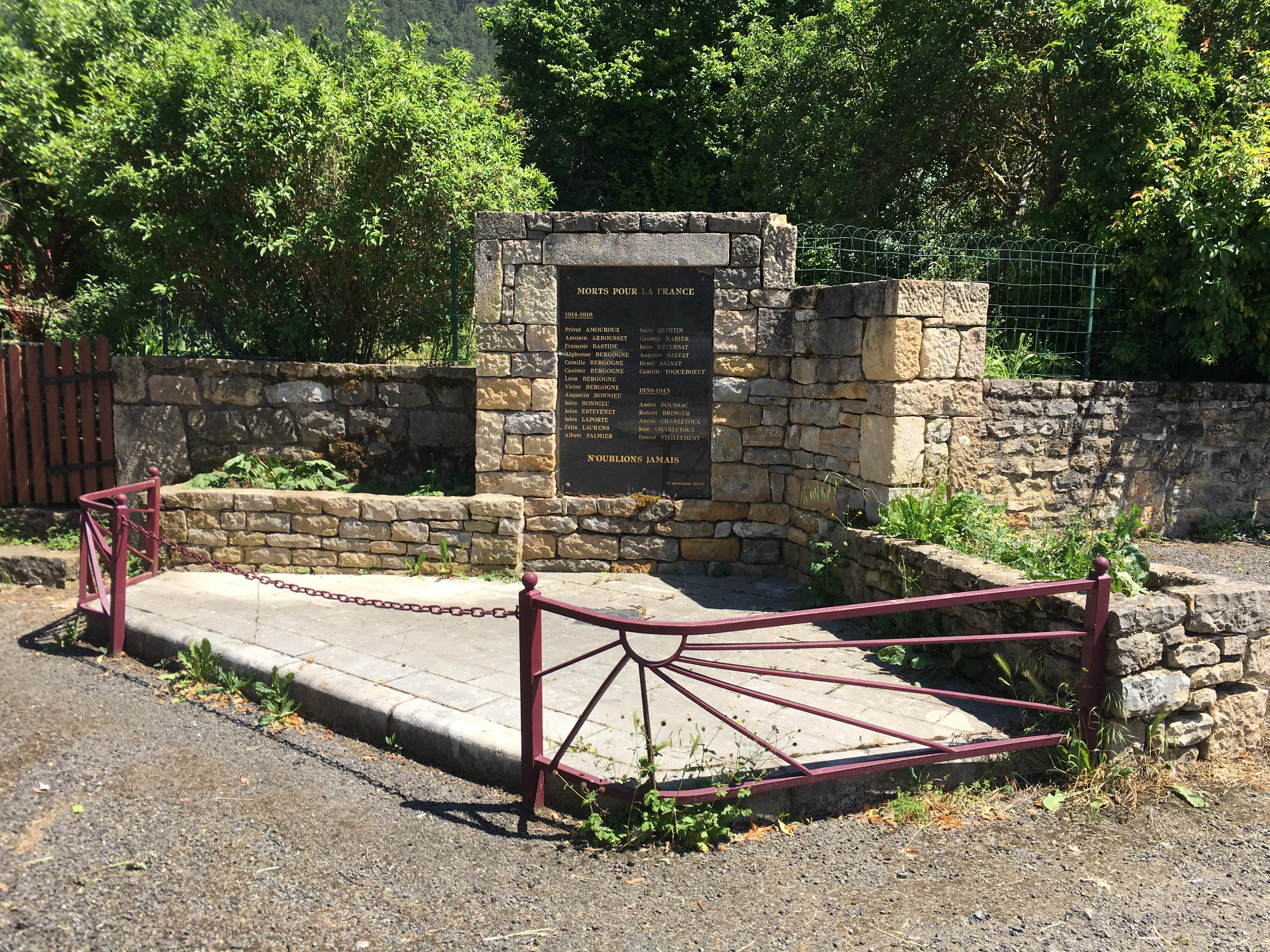 Monument aux morts place d'Esclanèdes.JP