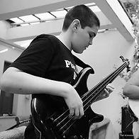 רועי בן אורי תלמיד לגיטרה בס בסטודיו למו