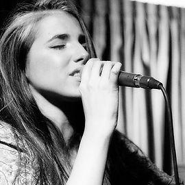 אלונה אדרי תלמידה לגיטרה בסטודיו למוזיקה