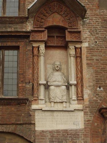 Statua di Virgilio Piazza Broletto