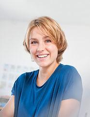 Frau mit blauem T-Shirt