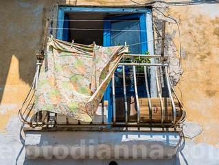 Procida: i suoi balconi, le sue porte, le sue finestre.