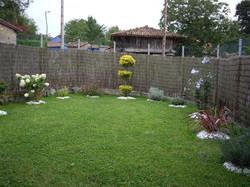 Jardín y cenador con parilla