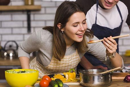 femme-qui-deguste-un-plat-en-cuisine.jpg