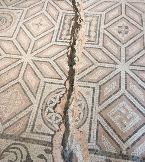 saignee-sol-mosaique-avant-restauration