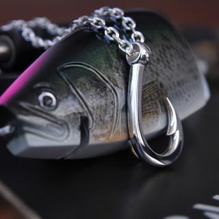Hookzの釣り針ネックレスとロマンメイド