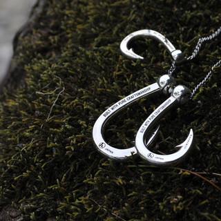 Hookzの釣り針ネックレスと自然