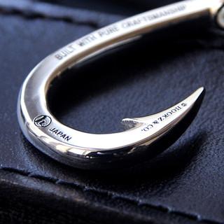 Hookzの釣り針ネックレスはロゴを入れることが可能です。