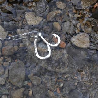 水中のHookz釣り針ネックレス