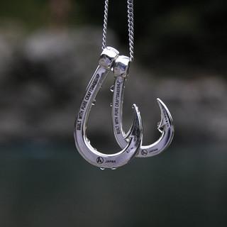 Hookzの釣り針ネックレスと水滴