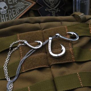 Hookzの釣り針ネックレスと511バッグ