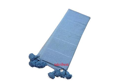 couvre-lit bleu ciel avec pompon