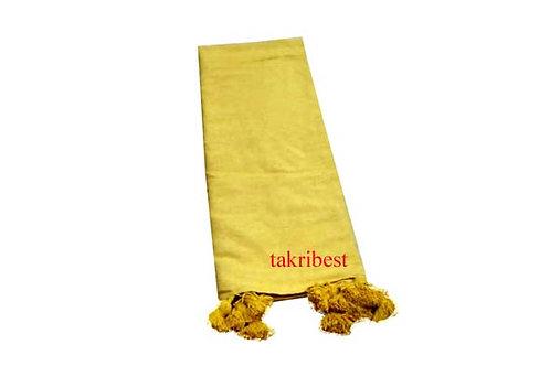 couvre de lit jaune avec pompon