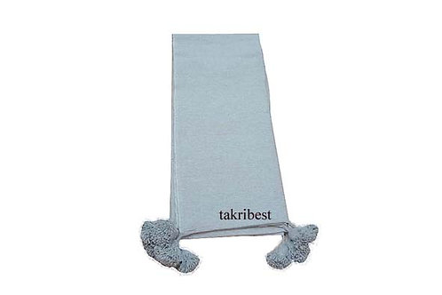 couvre-lit gris avec pompon