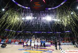 Copyright-TURKPIX-HABER-AJANSI-Slovenia's players hold the trophy-17092017-1894783