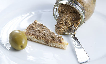 Patè_di_olive_nel_piatto.jpg