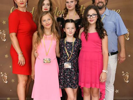 Ena fotka s festivala Blejski zlati mikrofon 2018, kjer součenke šole petja Orfeusdosegle odlične