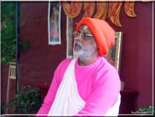Naučit se: āśraya kariyā bando śrī guru carana
