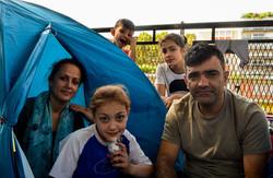 Una familia afghana vive en las calles de Paris (zona Stalingrad), a la espera de conseguir los pape