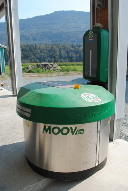 JOZ Moov Pro feed pusher at charging station before the cows are in