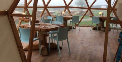 Tables 2 à 4 personnes en mélèze - Restaurant du Cantal.png