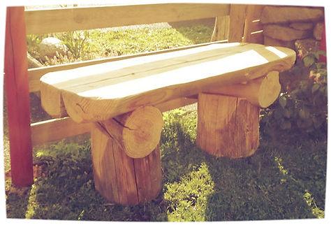 Mobilier de jardin en rondins de bois brut : fabrication artisanale dans le Cantal (Auvergne). Table, banc et jardinière en rondins.