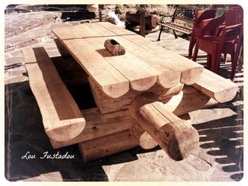 Table en rondin de bois dans un restaurant en Lozère