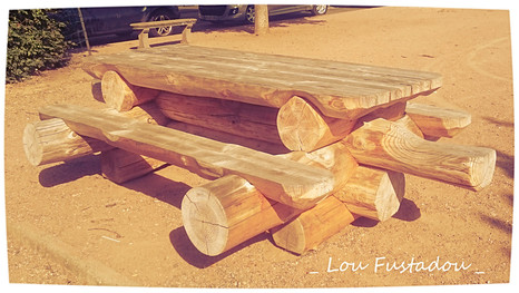 Table en rondins de bois place du Cézallier Allanche Cantal