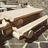 Table en rondins de bois en Lozère