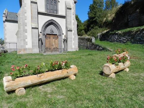 Jardinière devant la Chapelle de Maillargues (Cantal)