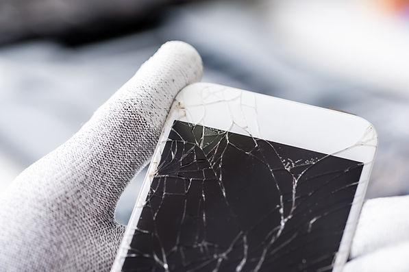 Technicien avec écran brisé