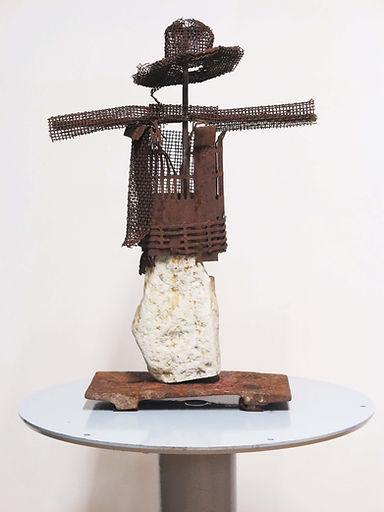 Zapico sculpture mujer espantapájaros