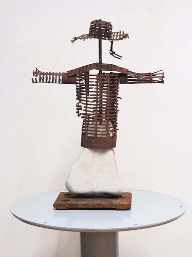 Escultura Lolo Zapico mujer espantapájaros