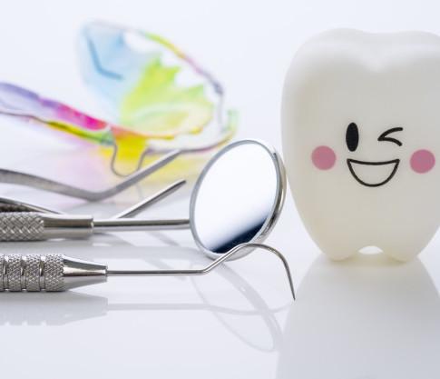 fim-acima-ferramentas-dentais-e-modelo-d