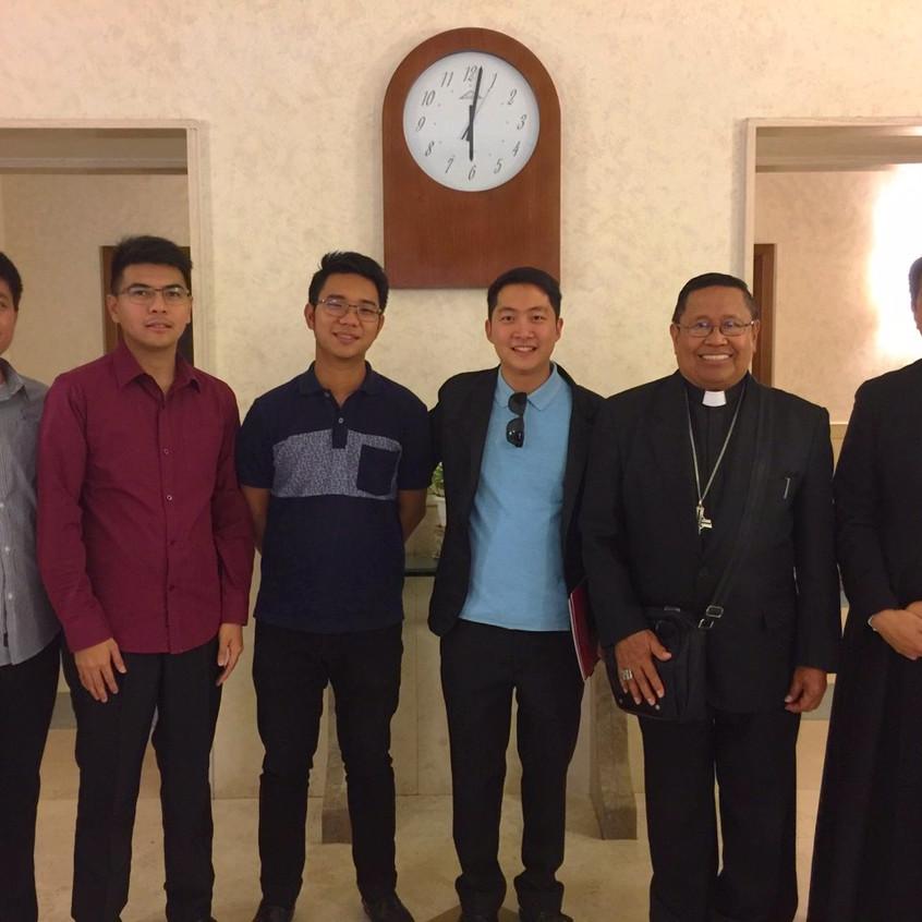 Seminaristi filippini con Mons. Arturo Mandin Bastes, vescovo di Sorsogon.