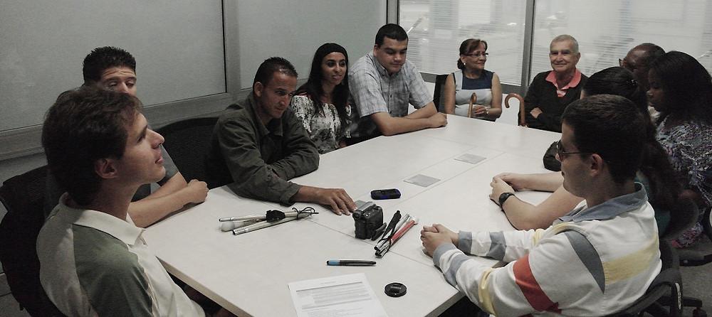 Participantes del grupo focal hablando sobre Educación Inclusiva para el Proyecto HLi