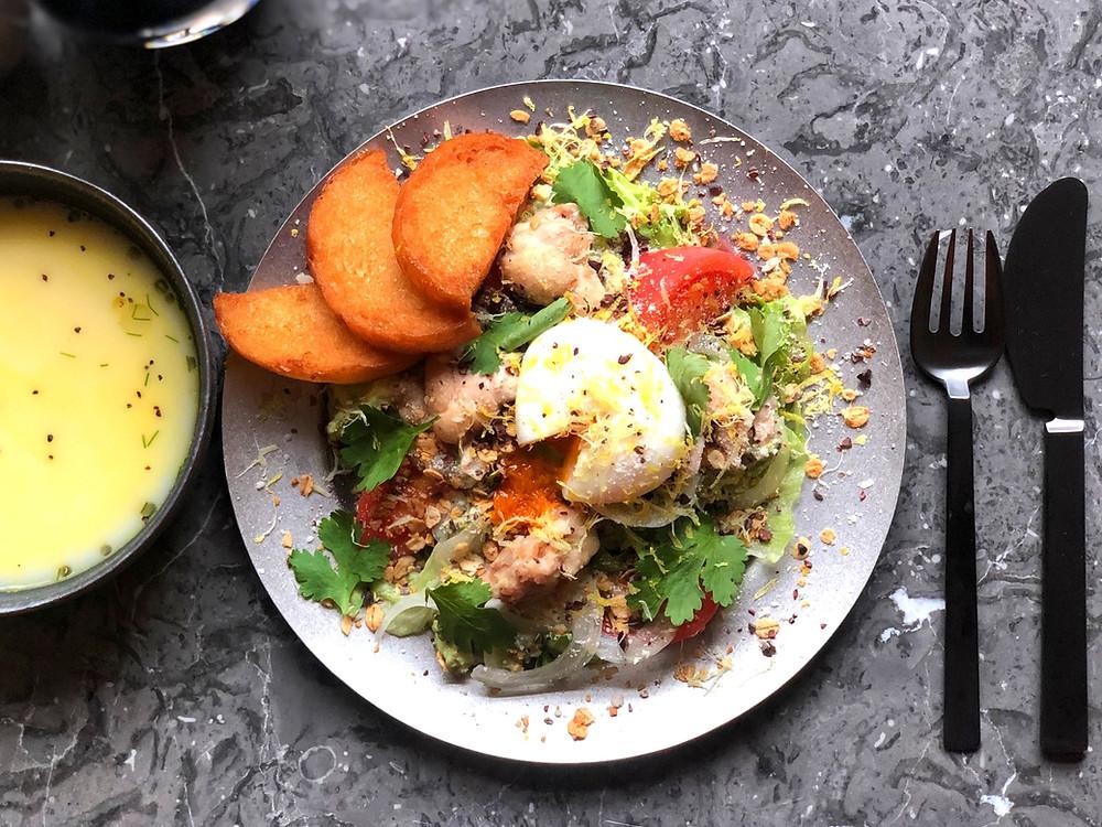 KAMIYAMAチキンサラダ               ¥950  KAMIYAMA chicken salad     高たんぱく低カロリーをベースに 「神山鶏」のせせり、「日本一こだわり卵」、アボガド、神バナナをたっぷり使用した栄養満点のサラダランチ。  スープとパンが付いています。