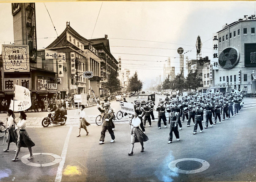 大阪府警察音楽隊のパレード 写真は御堂筋終点(昭和36年頃。高島屋大阪店前から北を望む)