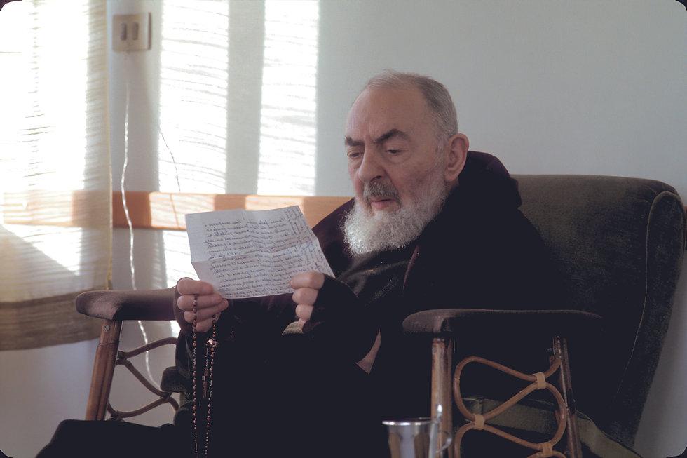 Padre-Pio-legge-una-lettera-di-un-figlio