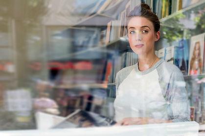 Porträt durch Fensterglas