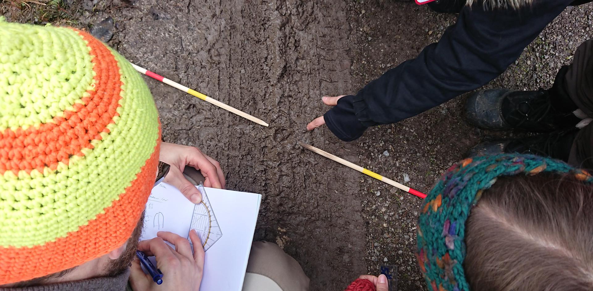 Die Spur zeichnen, eine wichtige Technik im Fährtenlesen, während eines Kurses.