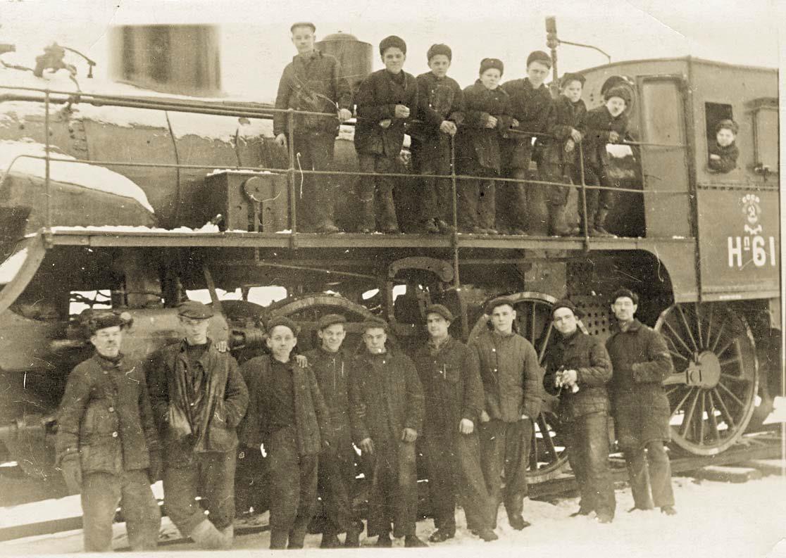 Ремонтная бригада паровозного депо ГРЭС-3 (Копин — внизу, 4-й слева), стажеры — вверху. 1945 год. Фотография из архива А. Копина