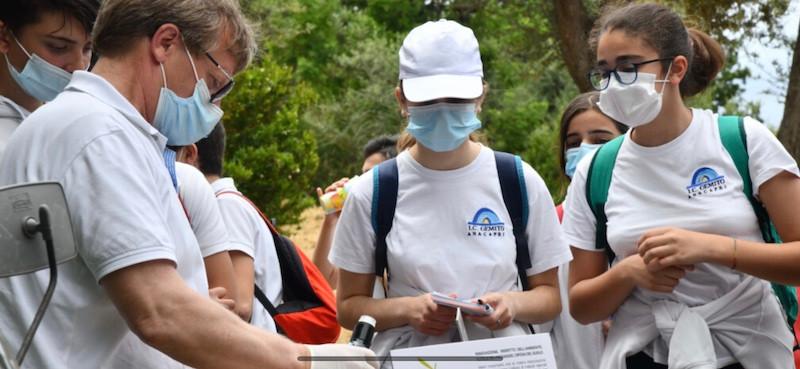Vincenzo Torelli durante la consegna agli studenti