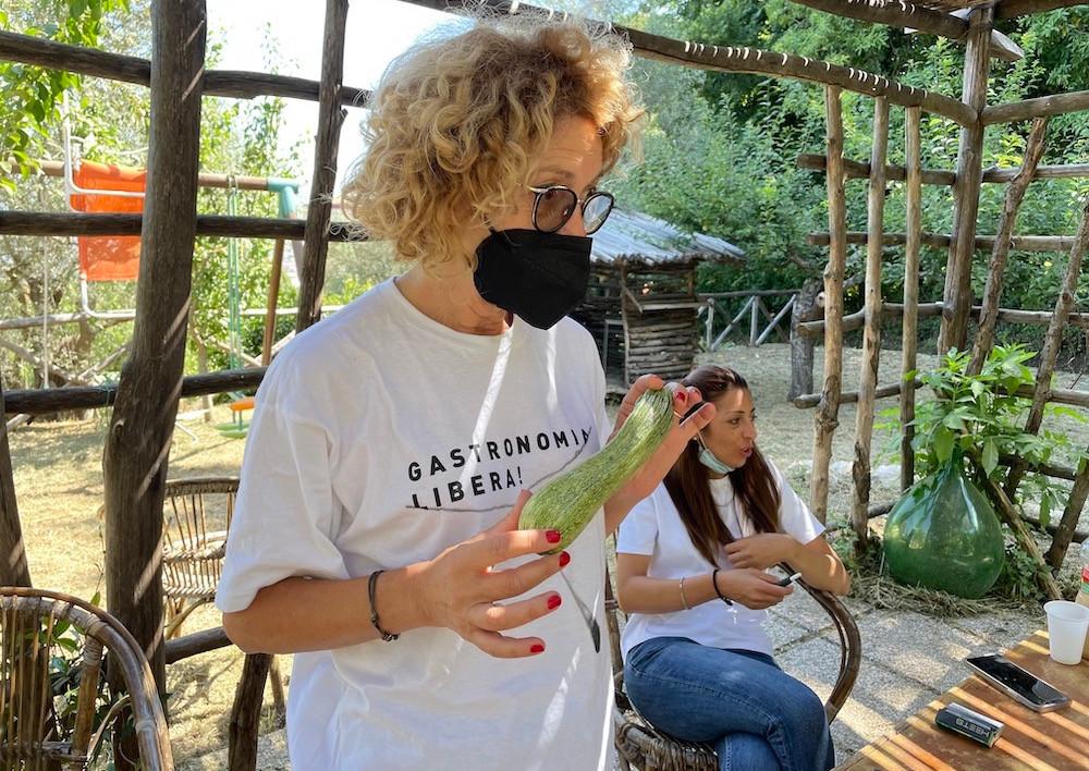 Alessandra Balduccini e Marianna D'Auria presso l'azienda agricola biologica DAMA