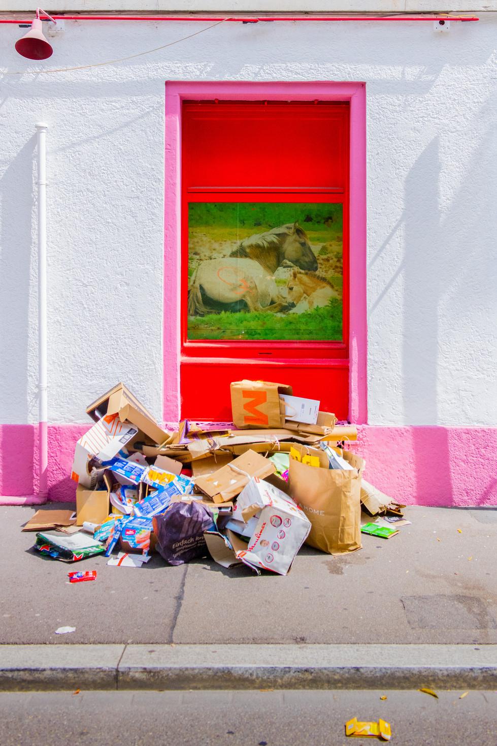 Readymade oder Kartonsammlung: Bei Migros-Säcken stellt sich ja neuerdings die Frage, ob das Kunst ist oder weg muss. Samstag, 16:04,  St. Jakobstrasse