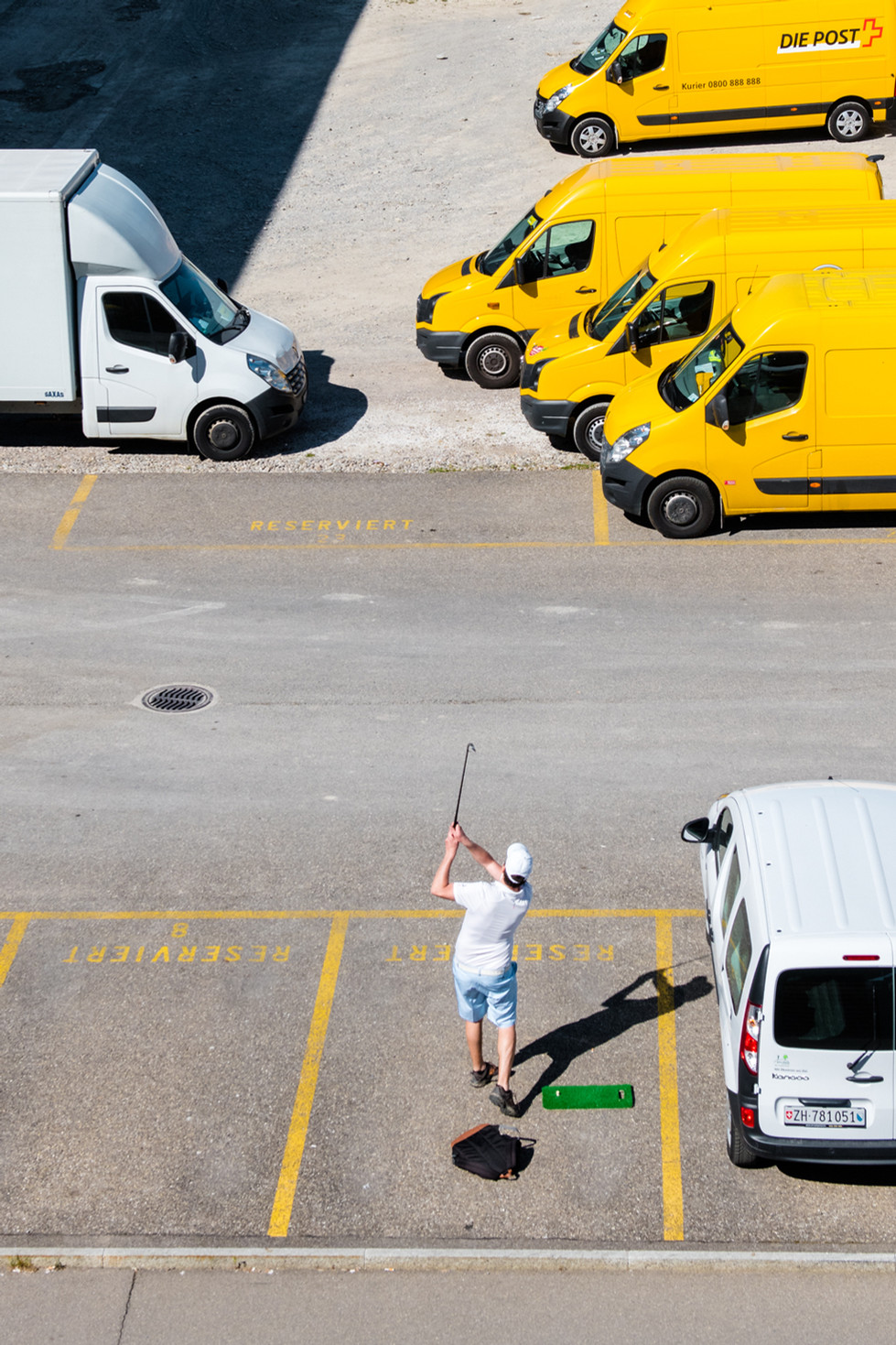 Parkplatz statt Golfplatz: Ein Spieler hält sich für die Post-Corona-Zeit in Schuss. Sonntag, 15.38 Uhr, Eduard-Imhof-Strasse.