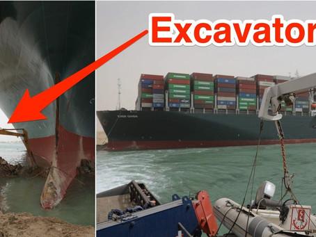 Un excavator încearcă să ajute la eliberarea unei nave blocate în Canalul Suez